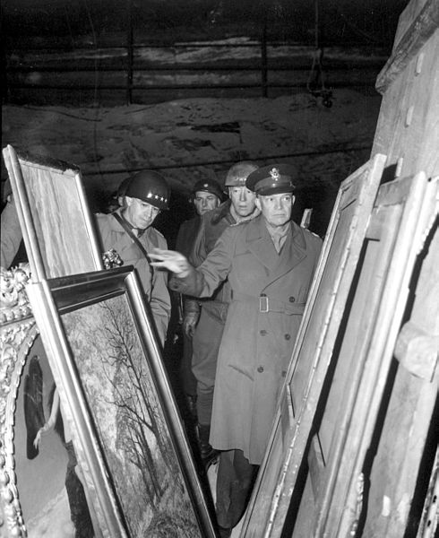 490px-Eisenhower,_Bradley_and_Patton_inspect_looted_art_HD-SN-99-02758